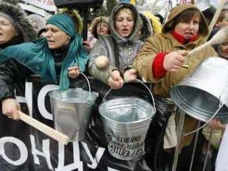 Украинские бизнесмены забросали Верховную Раду туалетной бумагой, выступая против нового налогового кодекса