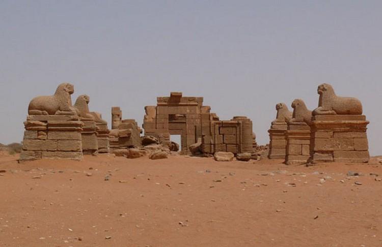 Греки их обожали. Египтяне и римляне им завидовали. Сейчас благодаря археологам сокровища этой сказочной цивилизации, которая, увы, исчезла навсегда, наконец «возродились» из песка, сохранив при этом свою тайну. К югу от Египта, на территории современного Судана, в пустыне находятся странные пирамиды.