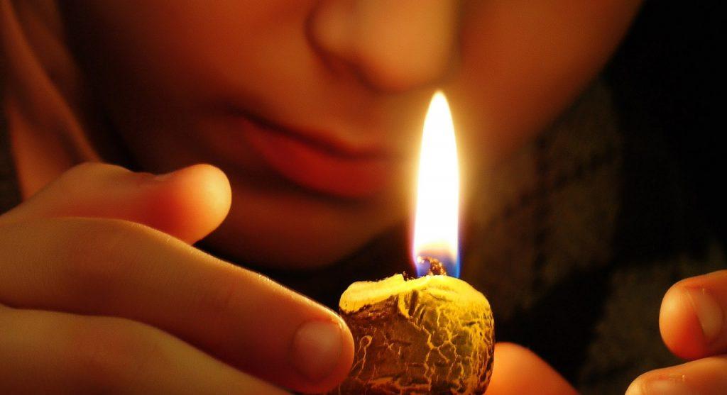 Очищение энергетики человека свечой